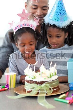 Retrato little girl soprar fora velas aniversário Foto stock © wavebreak_media