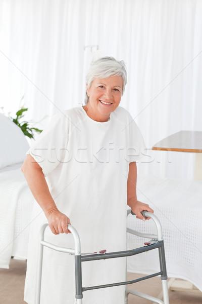 Foto stock: Senior · mulher · olhando · câmera · quadro · casa