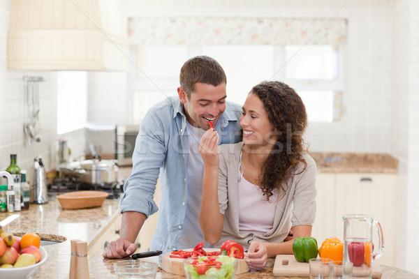 Férfi eszik zöldségek feleség otthon nő Stock fotó © wavebreak_media