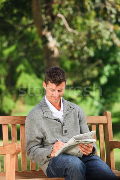 Man kruiswoordraadsel zomer groene park Stockfoto © wavebreak_media