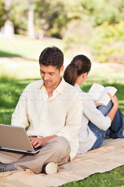 Férfi dolgozik laptop feleség olvas nő Stock fotó © wavebreak_media