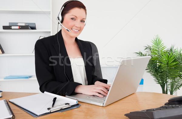 Jovem belo feminino terno datilografia laptop Foto stock © wavebreak_media