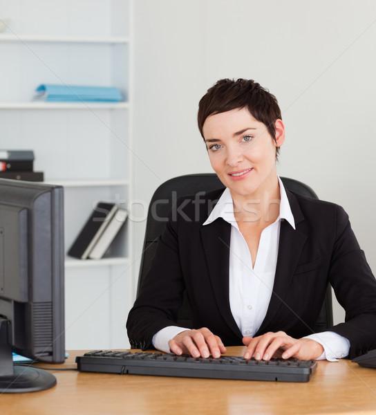 Retrato secretário datilografia escritório computador feliz Foto stock © wavebreak_media