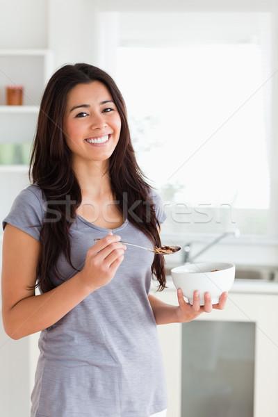 Jolie femme bol céréales permanent cuisine Photo stock © wavebreak_media