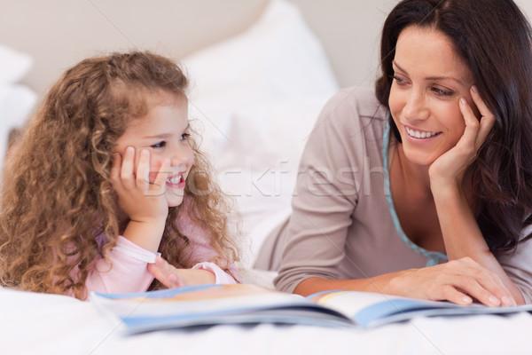 Fiatal anya olvas esti mese lánygyermek szeretet Stock fotó © wavebreak_media