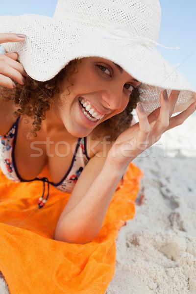 Sombrero toalla de playa sonriendo playa Foto stock © wavebreak_media