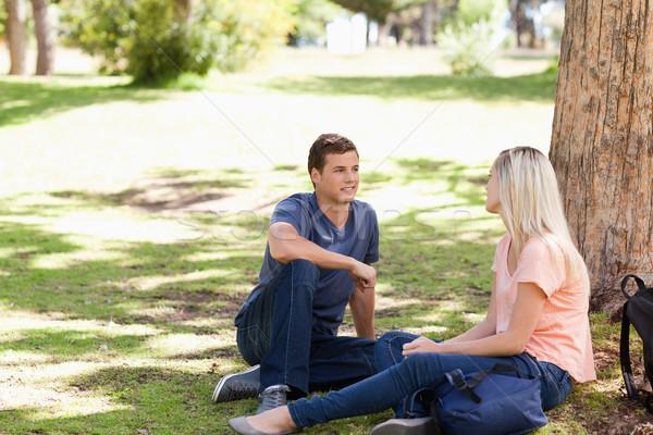 Giovani flirtare parco natura studenti femminile Foto d'archivio © wavebreak_media