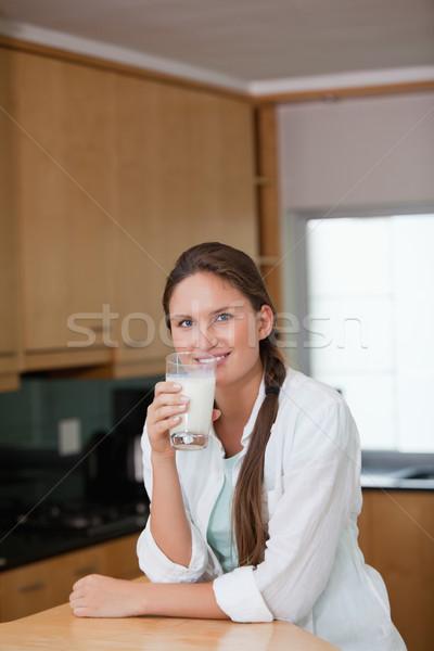 Mujer leche cocina feliz femenino Foto stock © wavebreak_media