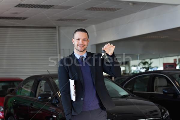 Verkoper autosleutels handel papier pak Stockfoto © wavebreak_media