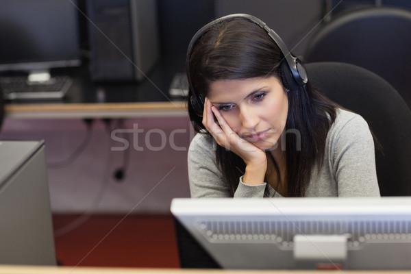 Unatkozik nő számítógéppel szoba főiskola iroda internet Stock fotó © wavebreak_media