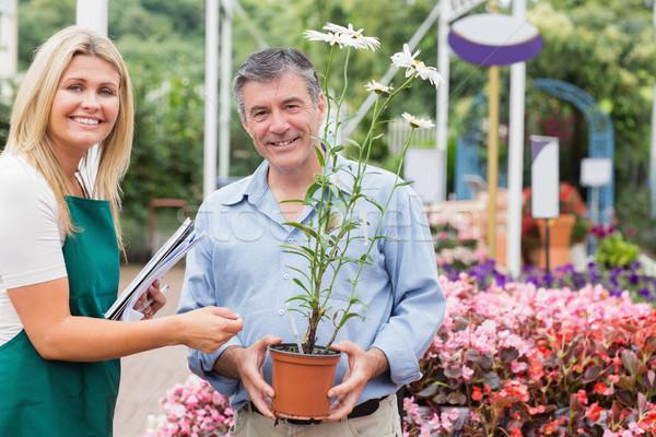 Gärtner Rat Kunden halten Blume lächelnd Stock foto © wavebreak_media