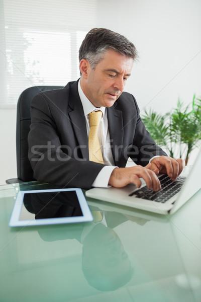 Concentrado homem de negócios trabalhando laptop tabela escritório Foto stock © wavebreak_media