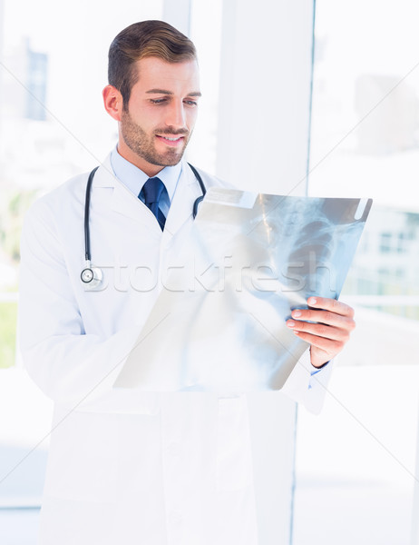 Férfi orvos megvizsgál röntgen orvosi iroda koncentrált Stock fotó © wavebreak_media