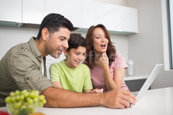 Stockfoto: Glimlachend · paar · zoon · met · behulp · van · laptop · jonge · home