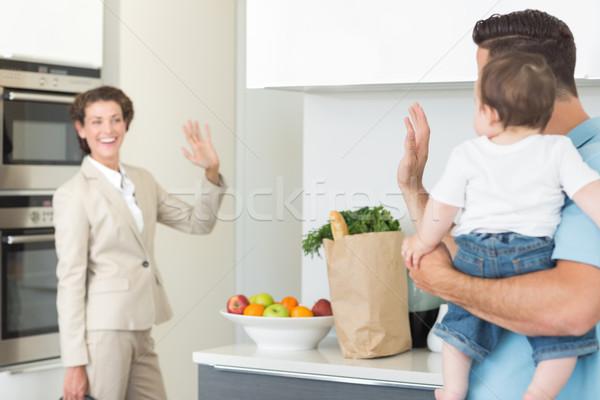 Familie vaarwel zakenvrouw glimlachend vrouw Stockfoto © wavebreak_media