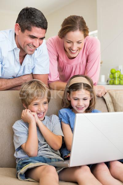 Сток-фото: родителей · смотрят · детей · используя · ноутбук · счастливым · гостиной