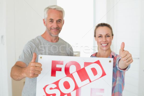 Boldog pár áll tart eladva felirat Stock fotó © wavebreak_media