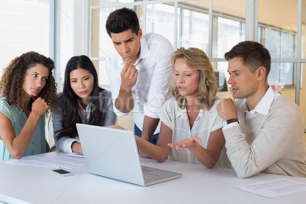 Casual equipo de negocios reunión usando la computadora portátil oficina ordenador Foto stock © wavebreak_media