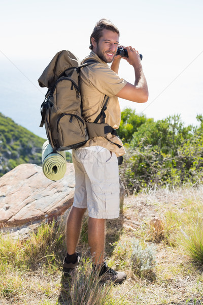 Guapo caminante mirando binoculares montana Foto stock © wavebreak_media
