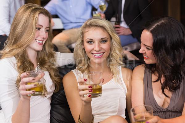 Bastante amigos beber junto bar retrato Foto stock © wavebreak_media