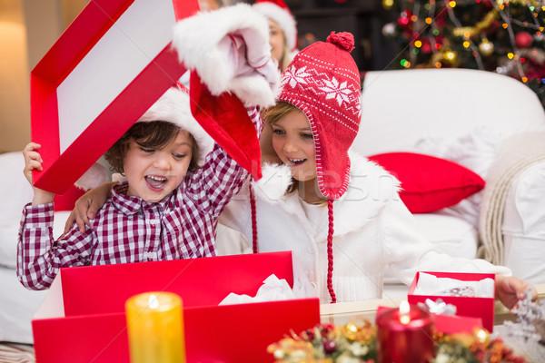 Feestelijk weinig broers en zussen opening geschenk home Stockfoto © wavebreak_media