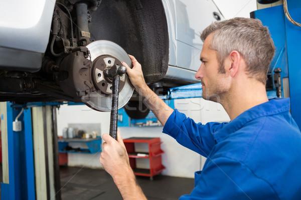 Koncentruje mechanik koła naprawy garaż człowiek Zdjęcia stock © wavebreak_media