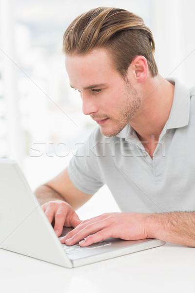 Concentrato imprenditore digitando laptop ufficio computer Foto d'archivio © wavebreak_media