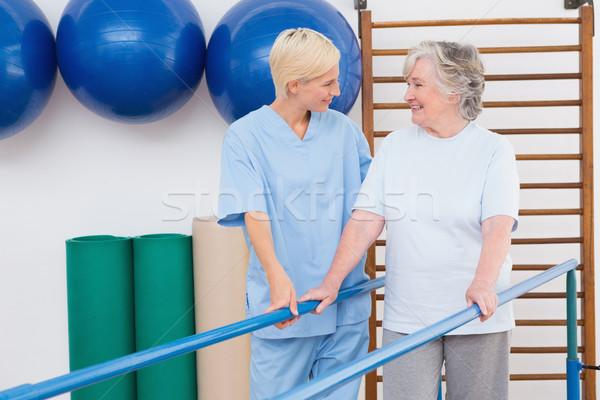 Zdjęcia stock: Terapeuta · pomoc · starszy · kobieta · chodzić · równolegle