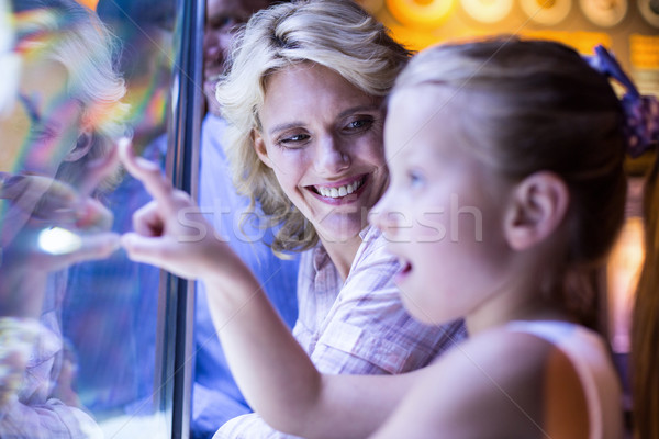 Mutlu aile bakıyor denizyıldızı tank akvaryum aile Stok fotoğraf © wavebreak_media