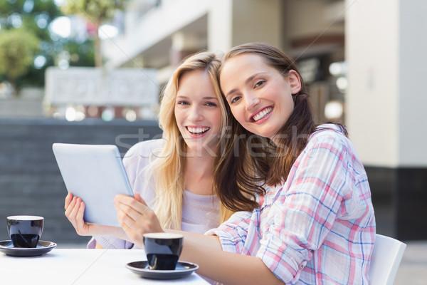 Gelukkig vrouwen vrienden glimlachend camera Stockfoto © wavebreak_media