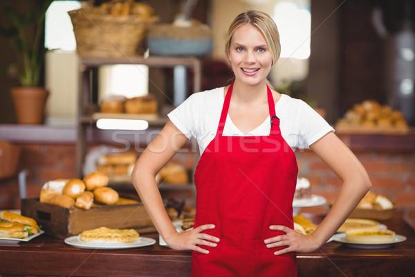 Mooie serveerster handen heupen portret coffeeshop Stockfoto © wavebreak_media