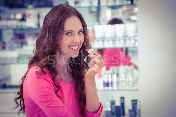 Csinos nő rúzs gyógyszertár boldog vásárlás női Stock fotó © wavebreak_media