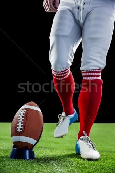 Amerikaanse voetballer kick voetbal voetbalveld gras Stockfoto © wavebreak_media