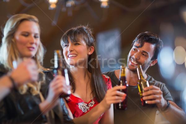Foto stock: Sonriendo · amigos · cerveza · botellas · bar