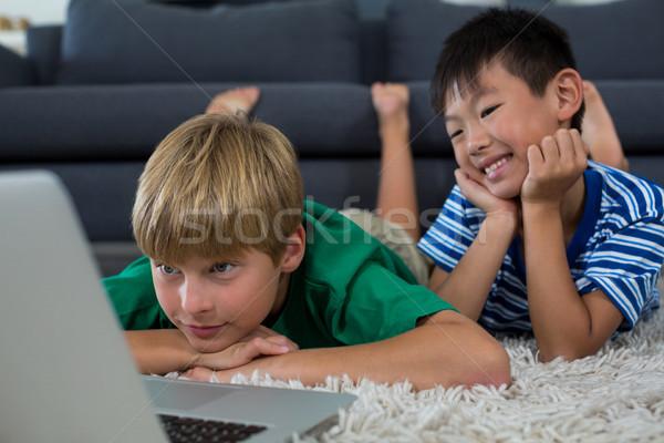 Mosolyog testvérek szőnyeg laptopot használ nappali otthon Stock fotó © wavebreak_media