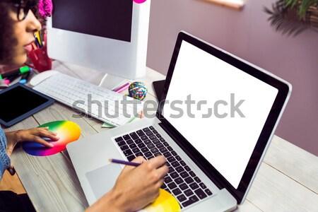 Vrouwelijke foto editor koffiekopje met behulp van laptop Stockfoto © wavebreak_media