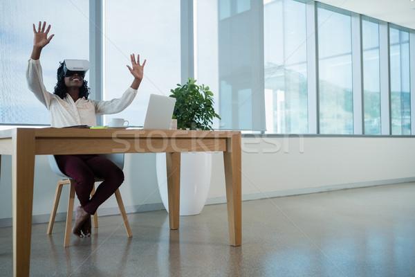 Femeie executiv virtual realitate setul cu cască birou Imagine de stoc © wavebreak_media