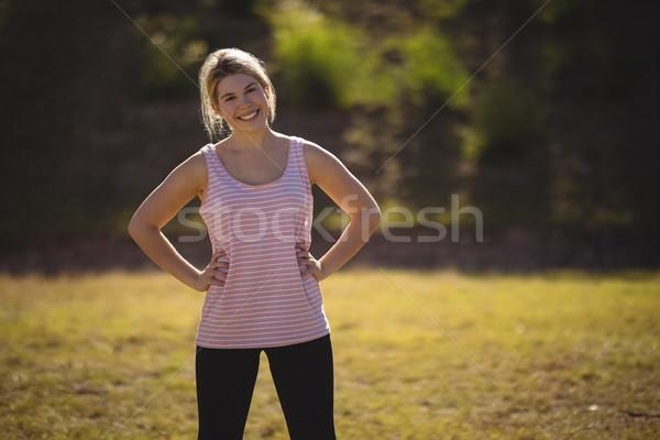 Foto stock: Retrato · feliz · mujer · pie · manos · cadera