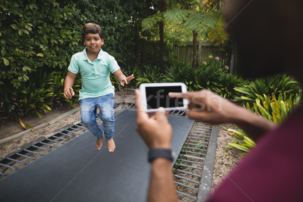 Pai filho saltando trampolim parque Foto stock © wavebreak_media