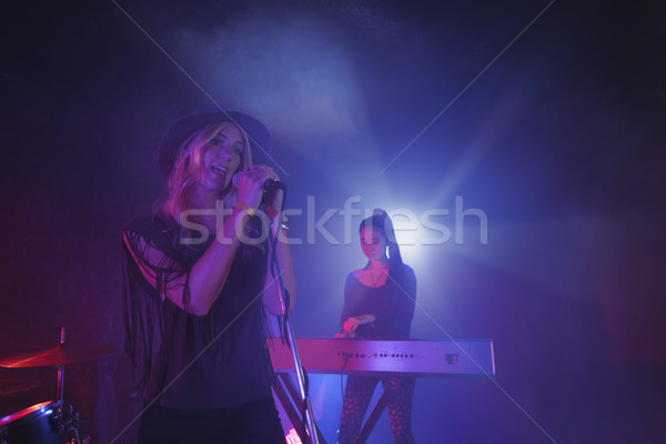 певицы пения музыканта играет фортепиано ночном клубе Сток-фото © wavebreak_media