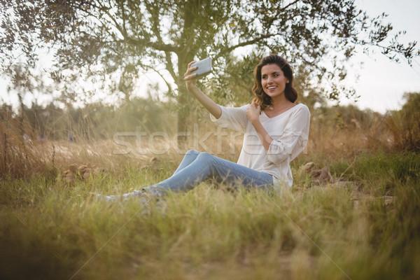 Belle femme séance herbeux domaine belle Photo stock © wavebreak_media