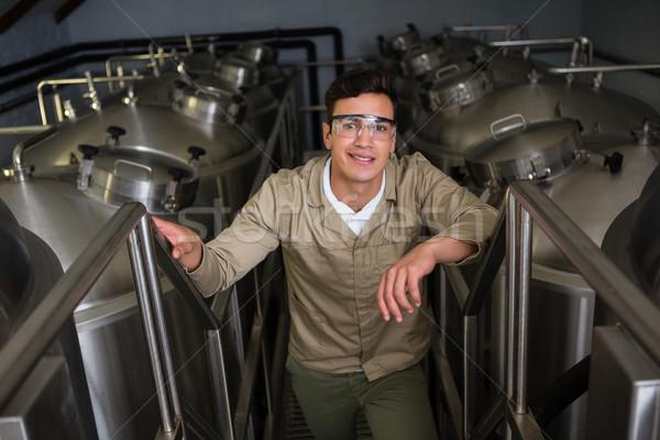 Retrato trabajador almacenamiento cervecería masculina pie Foto stock © wavebreak_media
