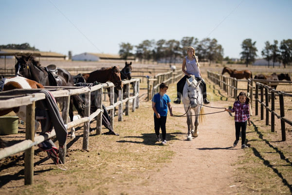 Enfants équitation cheval ranch fille Photo stock © wavebreak_media