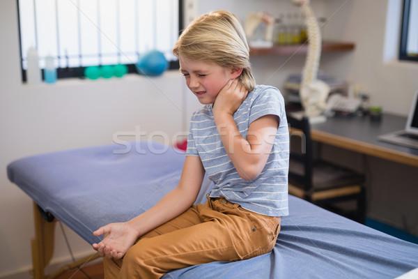 ストックフォト: 少年 · 座って · ベッド · 首 · 病院