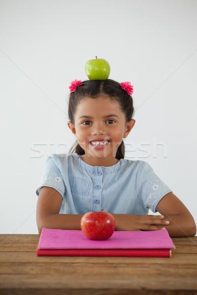Schoolmeisje vergadering groene appel hoofd witte Stockfoto © wavebreak_media