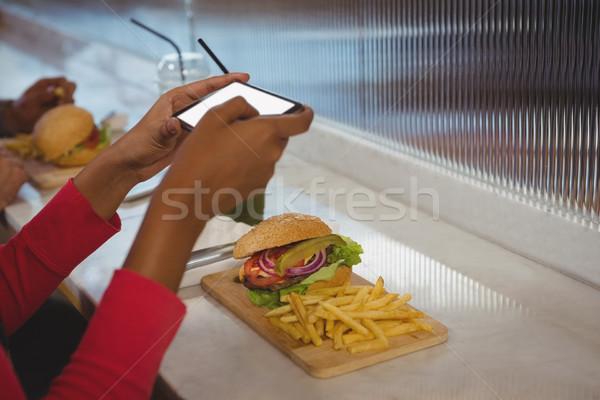 Ręce kobieta frytki Kafejka burger Zdjęcia stock © wavebreak_media