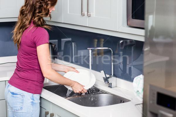 Donna lavaggio lastre vista laterale casa Foto d'archivio © wavebreak_media