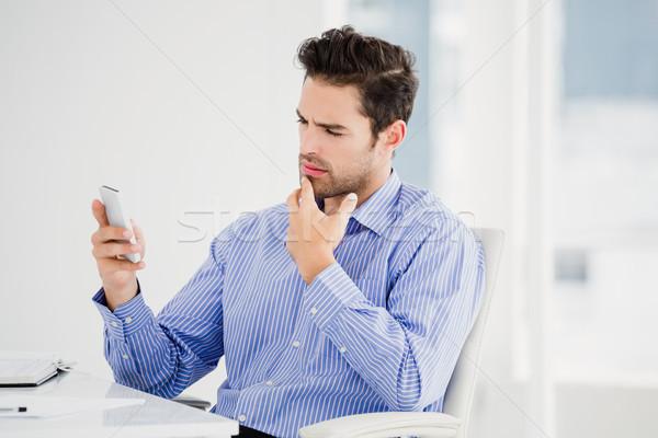 Biznesmen sms telefonu komórkowego biuro człowiek wykonawczej Zdjęcia stock © wavebreak_media