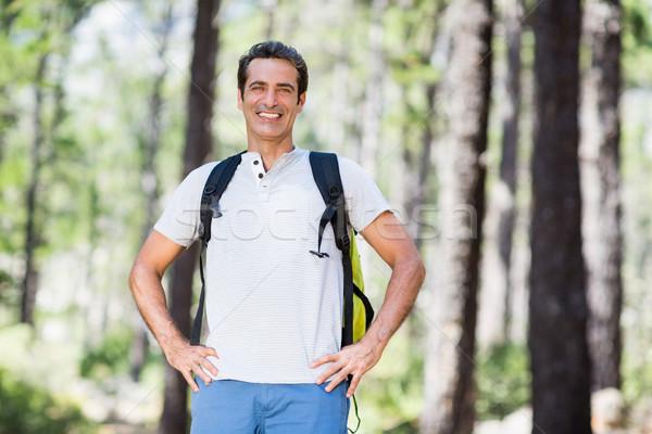 Homem sorridente posando mãos quadris madeira Foto stock © wavebreak_media