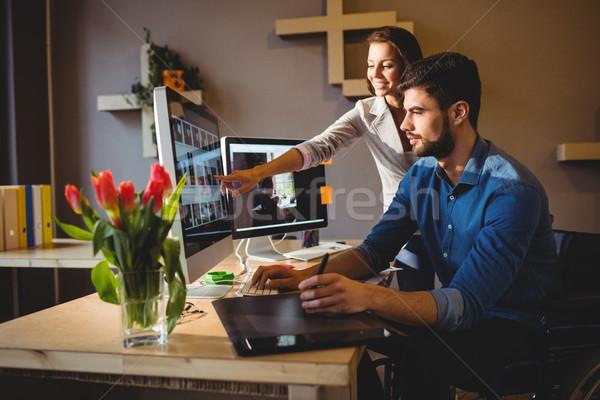 Kadın iş arkadaşı bir şey ekran ofis Stok fotoğraf © wavebreak_media